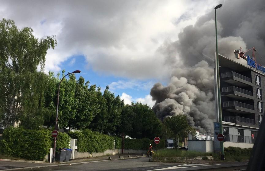 Крупный пожар произошел на химическом заводе под Парижем