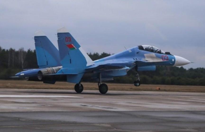 Барановичские лётчики-истребители тренируются в небе над Полесьем