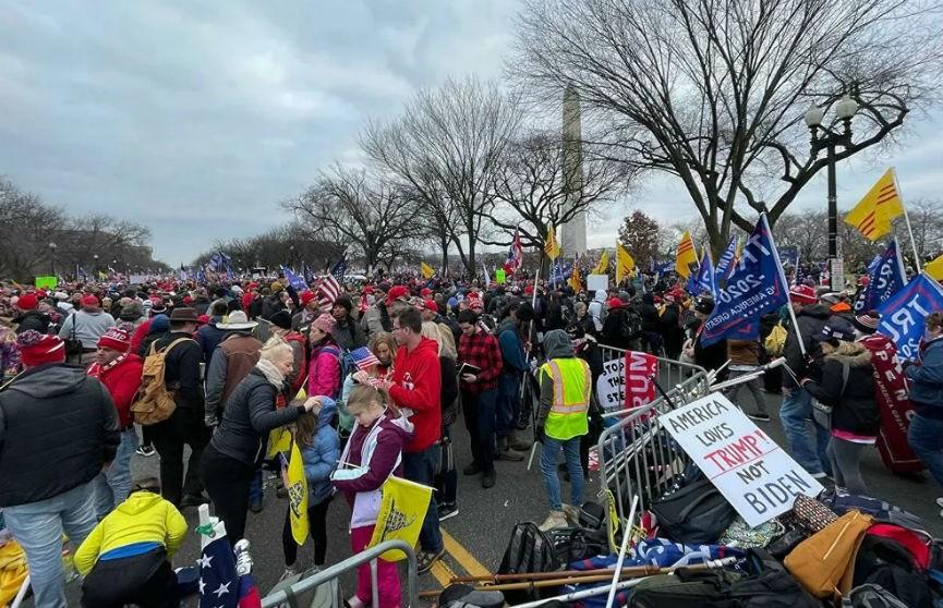 Протесты в США: сторонники Трампа ворвались в Капитолий, есть пострадавшие