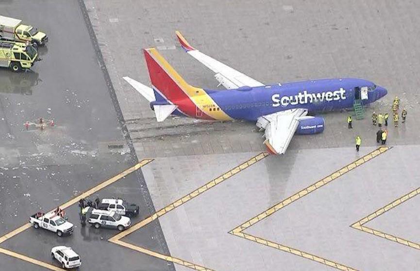 Пассажирский самолёт на огромной скорости выкатился за пределы взлётно-посадочной полосы в аэропорту Калифорнии