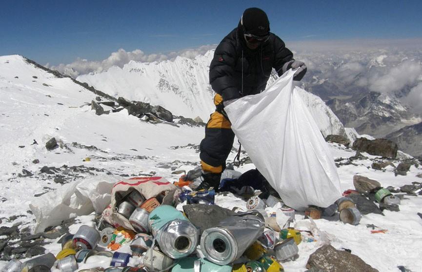 Лагерь для туристов на Эвересте закрыли из-за огромного количества мусора