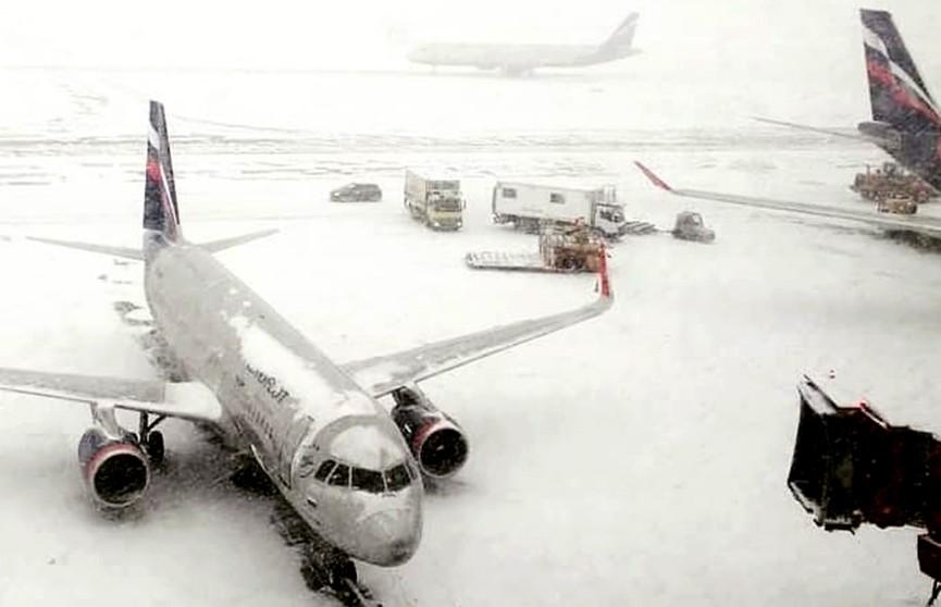 Москву накрыло снегом. «Аэрофлот» отменил вечерние рейсы с Минском