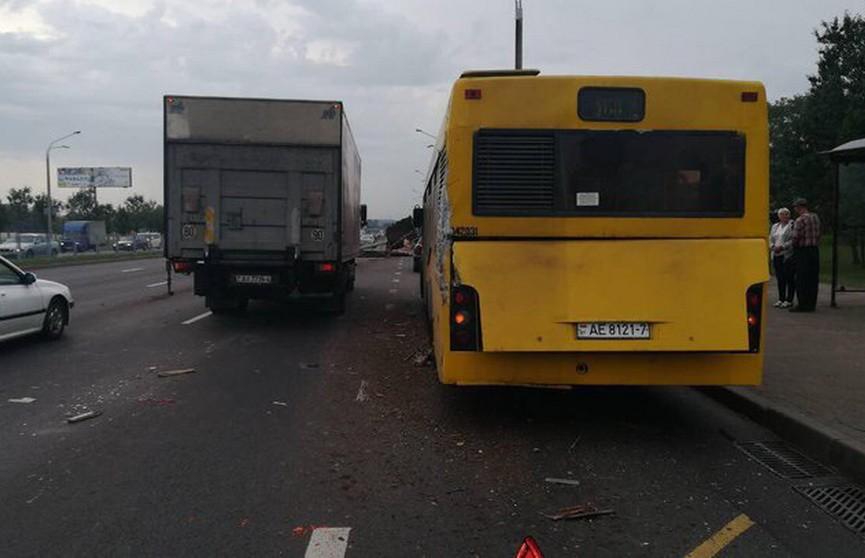 В Минске грузовик врезался в автобус с пассажирами