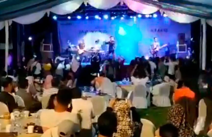 Шокирующие кадры: цунами в Индонезии смыло концерт на пляже