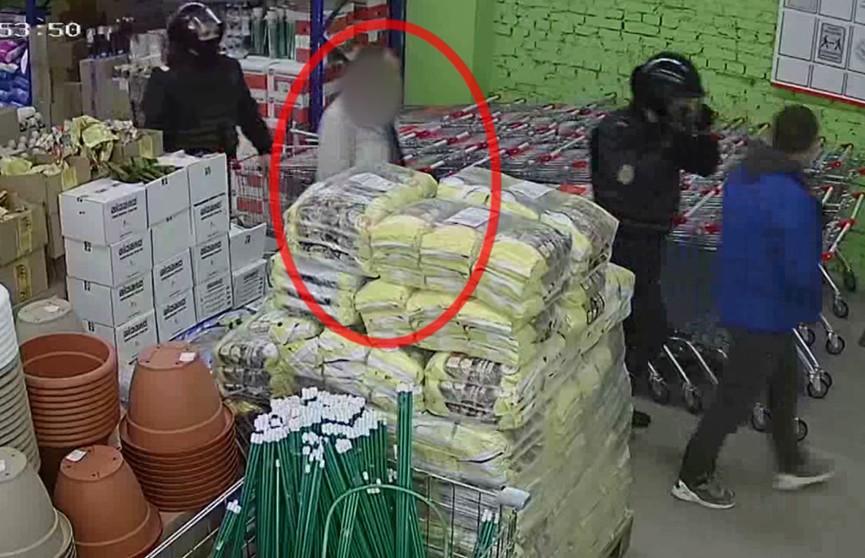 Один из лидских магазинов чуть не досчитался тележки с продуктами на сумму более 500 рублей