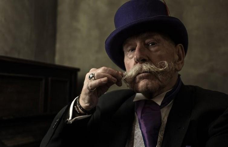 Стал моделью в 80 лет: харизматичный дедушка случайно попал в объектив камеры и прославился