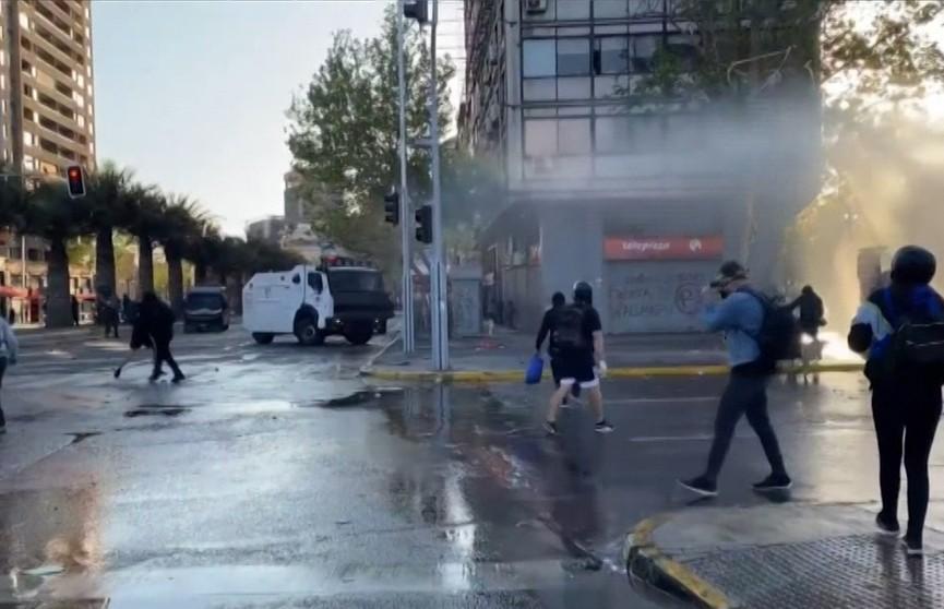 В Чили возобновились массовые протесты и столкновения с полицией
