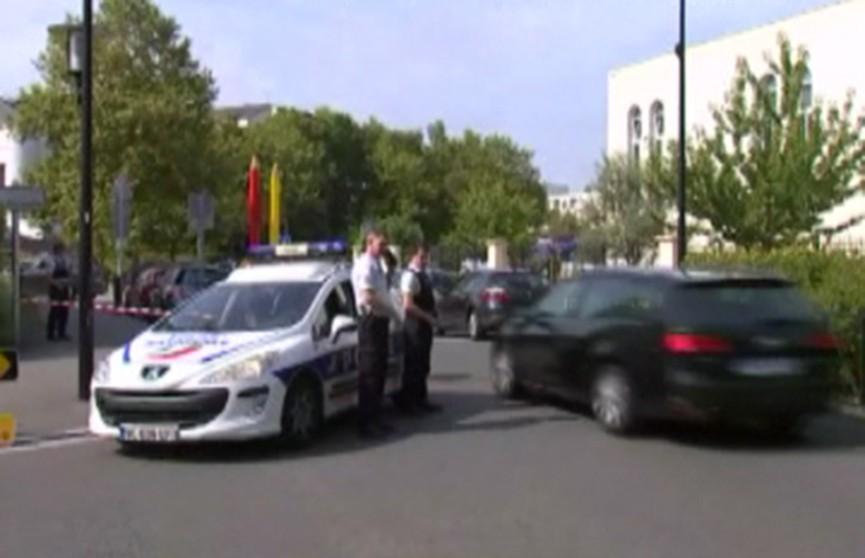 Напавший с ножом на людей в пригороде Парижа убил своих мать и сестру