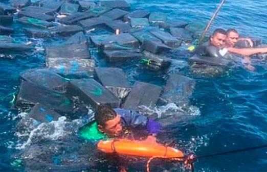 Кокаин спас жизнь преступникам: они плыли на пакетах с наркотиками после кораблекрушения (ВИДЕО)