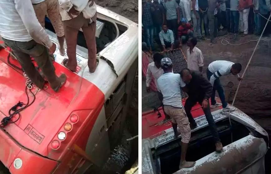 В Индии пассажирский автобус столкнулся с авторикшей: в страшном ДТП погибли 26 человек