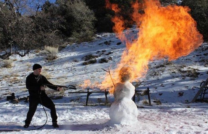 Американец для уборки снега взял огнемёт (Видео)