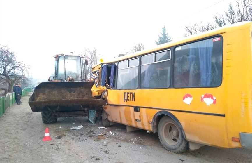 Школьный автобус выехал на встречную полосу и столкнулся с погрузчиком