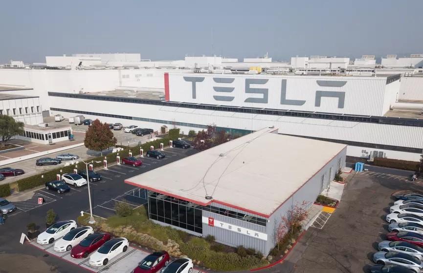 Компания Tesla, принадлежащая американскому бизнесмену Илону Маску, в 2021 году откроет в Индии свой первый завод.