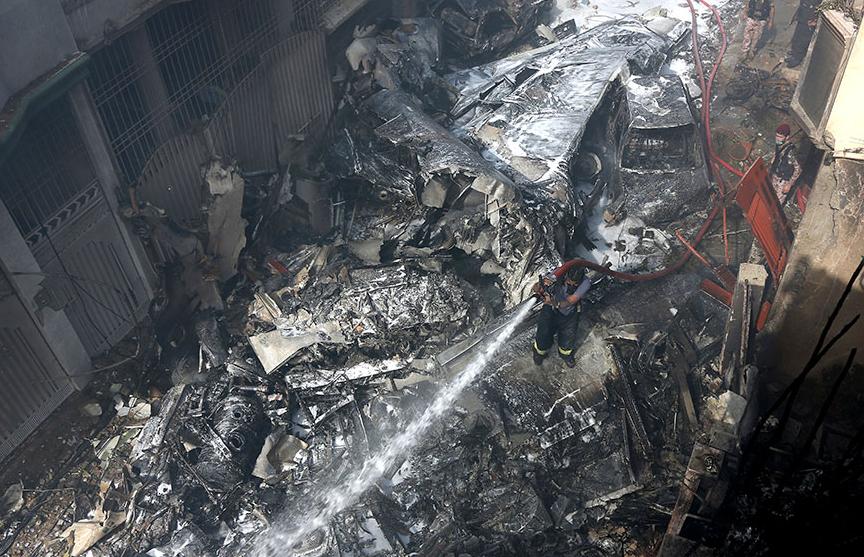 Авиакатастрофа в Пакистане: пассажирский самолет упал на жилые дома