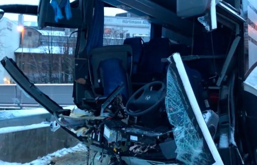 ДТП в Швейцарии: туристический автобус врезался в стену