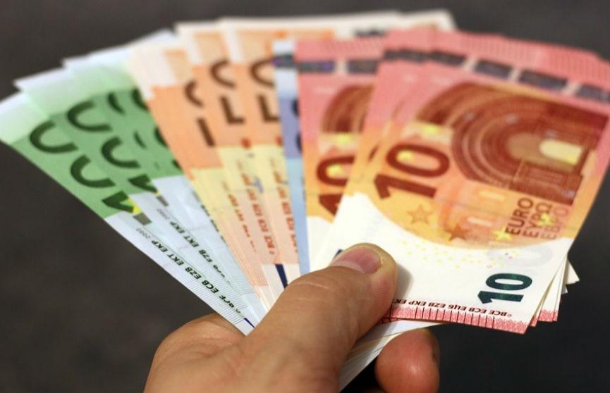 Брестчанин незаконным путем получил 57,5 тыс. долларов и 5250 евро