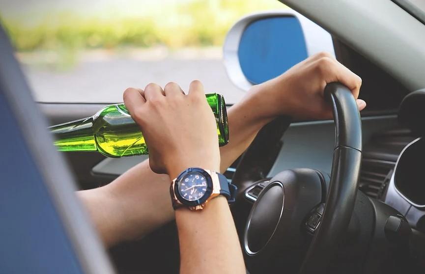 В России пьяный водитель сбил ворота и катался по территории детсада