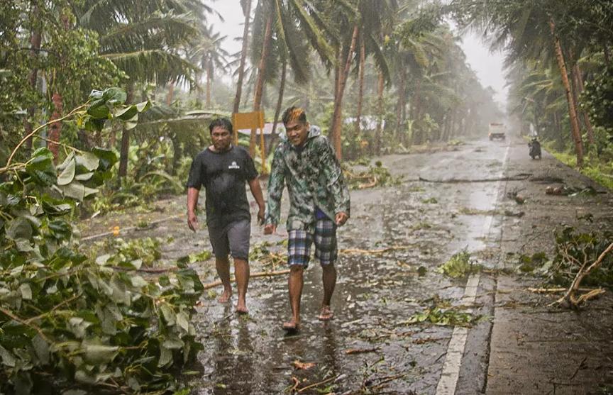 Более 300 тысяч человек эвакуировали из-за тайфуна на Филиппинах