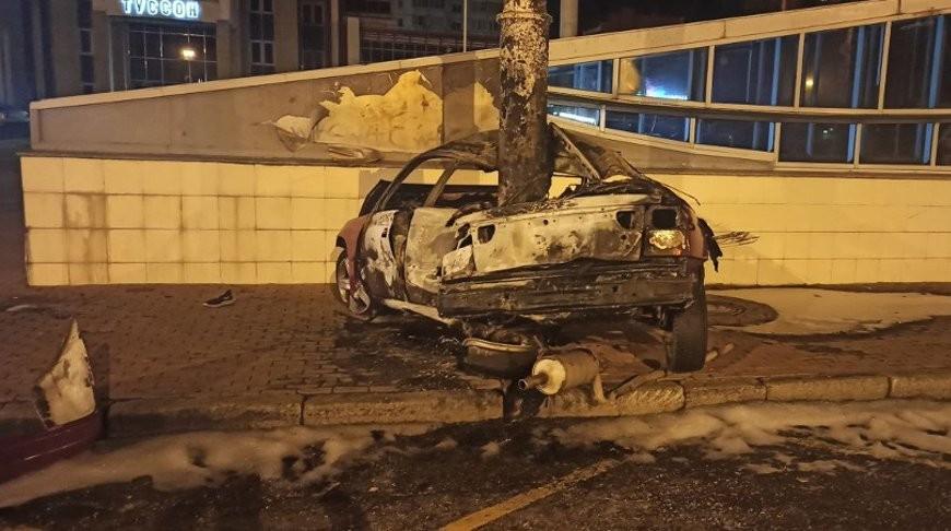 Автомобиль врезался в осветительную мачту и загорелся на Партизанском проспекте в Минске