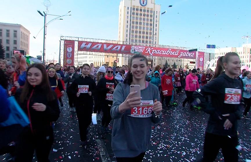 Бегут все: 5 тысяч красавиц пробежали по центру столицы на 8 марта
