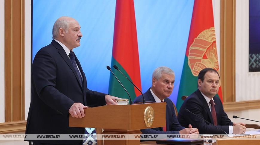 Лукашенко: все эти борцы с режимом – самые обычные уголовники. Они обокрали государство