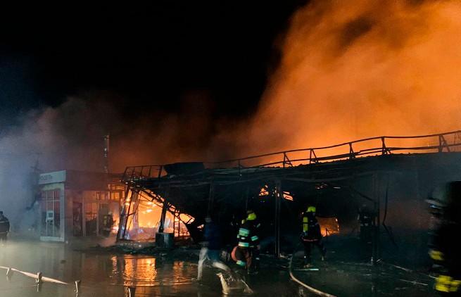 Крупный пожар произошёл в торговом центре в Баку: есть пострадавшие