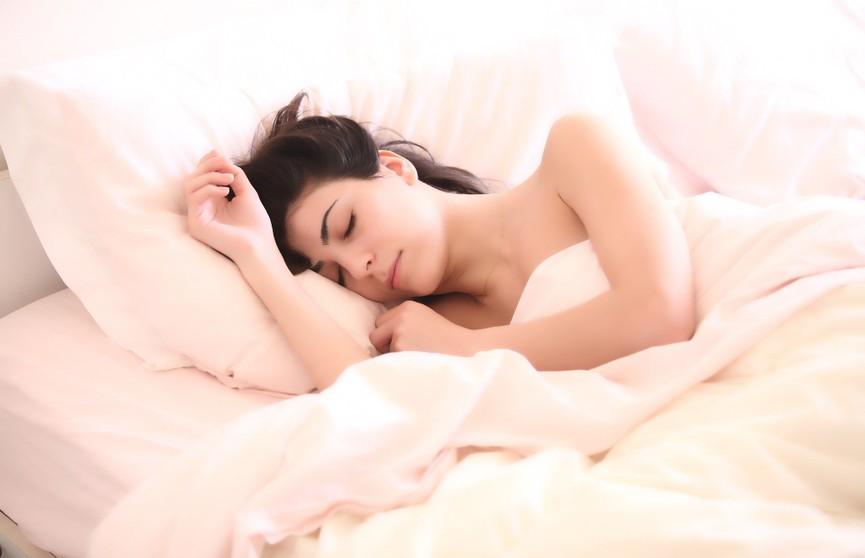 Почему опасно спать рядом с телефоном? Объясняет эксперт