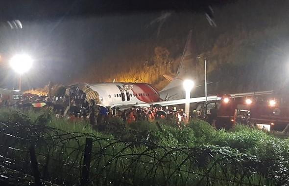 Крушение самолета в Индии: обнаружены черные ящики