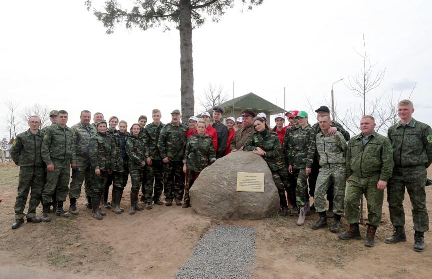 Республиканский субботник: Александр Лукашенко вместе со своей командой высадил свыше сотни новых деревьев