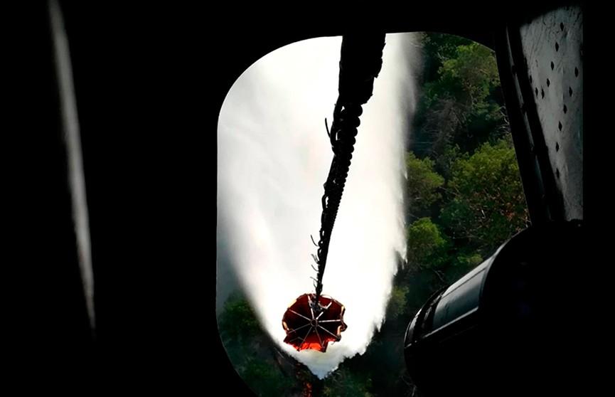 Вертолёт Ми-8 белорусских спасателей ведёт борьбу с лесным пожаром в Латвии