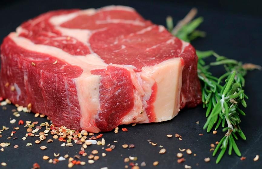 Кусок мяса «ожил» на разделочной доске и шокировал соцсети