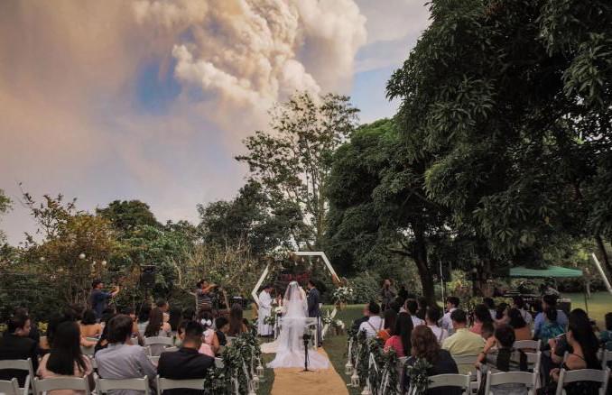 Пара поженилась возле извергающегося вулкана на Филиппинах