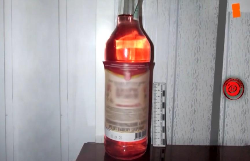 Пенсионер пригрозил ножом продавщице, забрал всего бутылку вина и заставил односельчанина её с ним распить