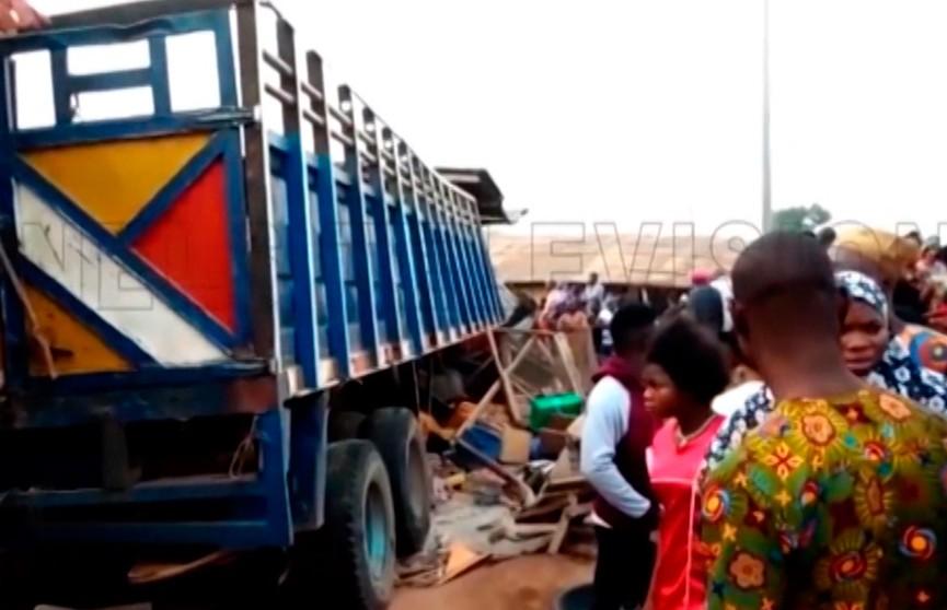 Грузовик въехал в толпу людей в Нигерии: погибли по меньшей мере 20 человек