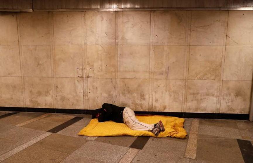 Власти Венгрии запретили бездомным спать на улице