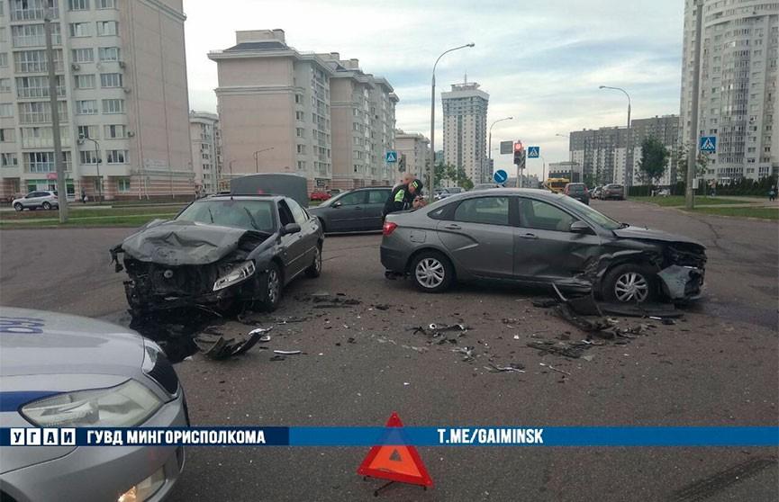 Lada не уступила дорогу и врезалась в Peugeot в Минске