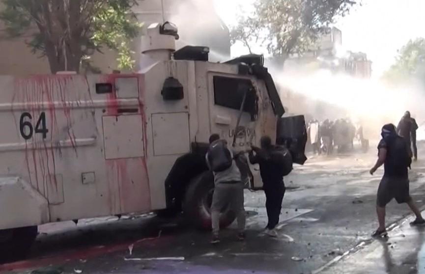 В Чили демонстранты подожгли две церкви и разграбили десятки магазинов