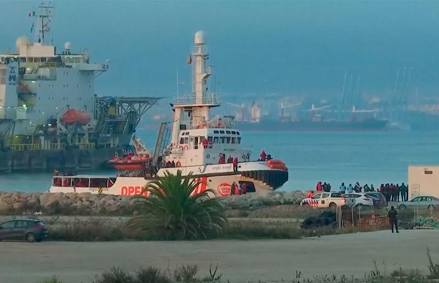 300 мигрантов причалили к берегам Испании