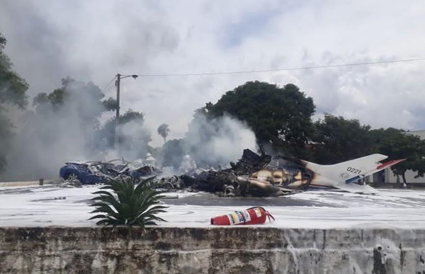 Семь человек погибли в Парагвае при крушении самолета ВВС