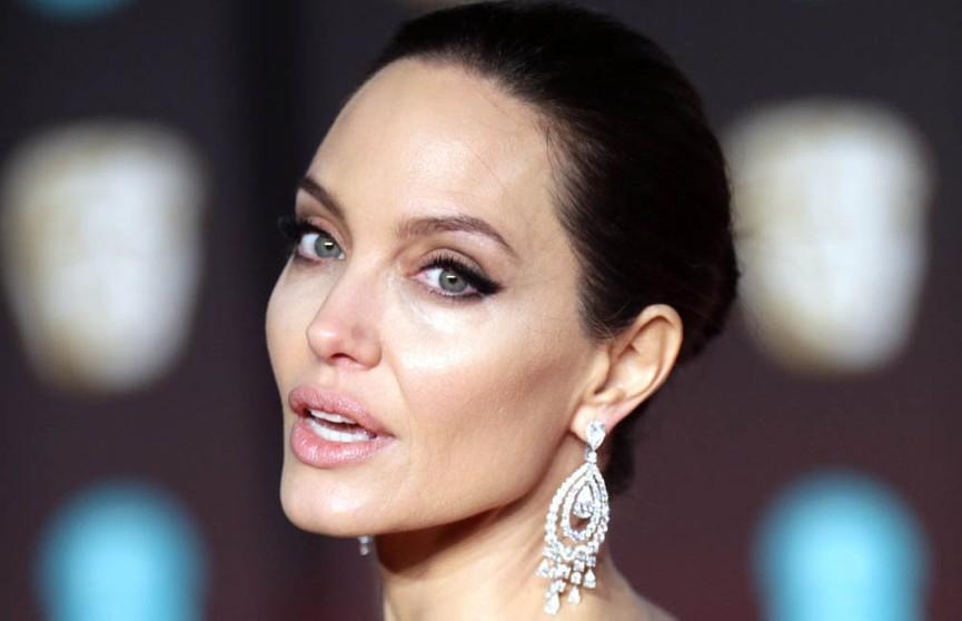 Анджелина Джоли снялась обнажённой для обложки журнала