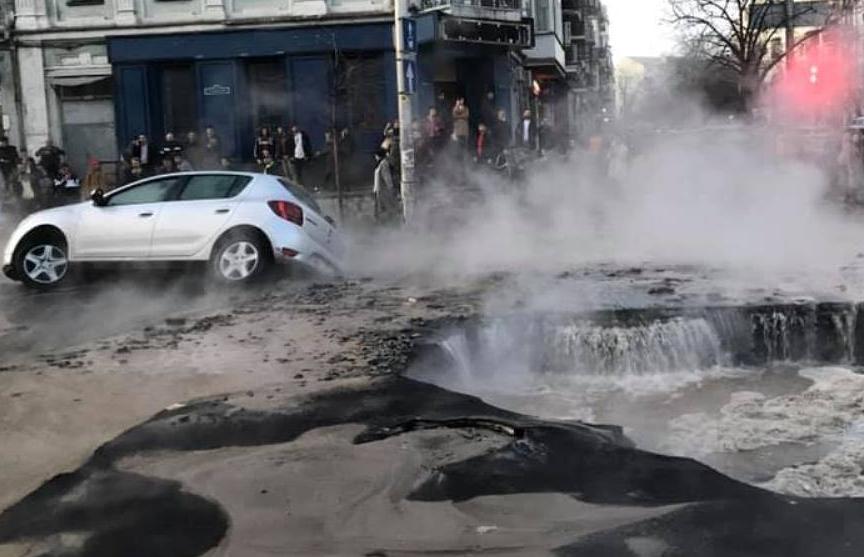 Автомобиль провалился в яму на залитой кипятком улице Киева (ВИДЕО)