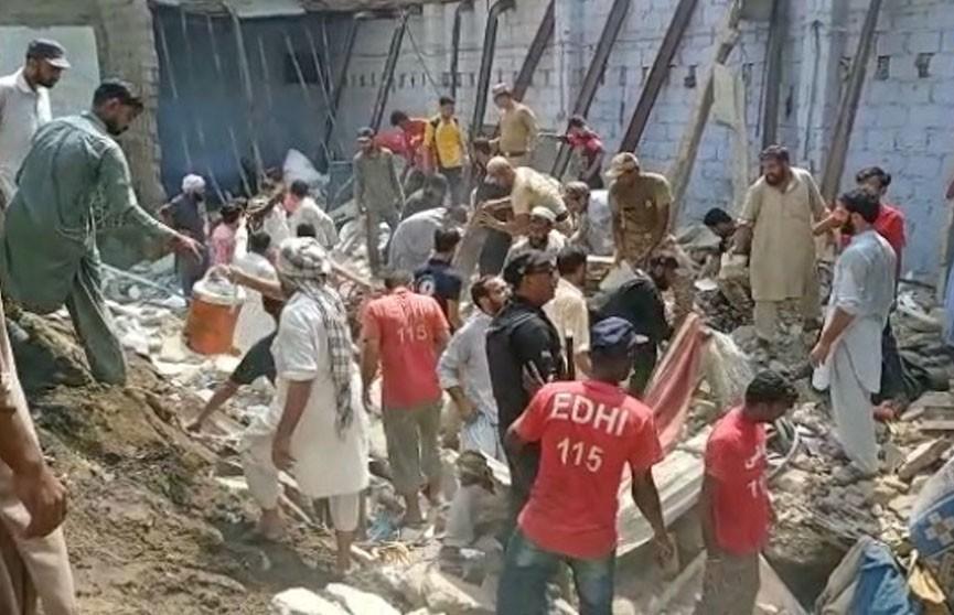 Два человека погибли в результате обрушения дома в Пакистане
