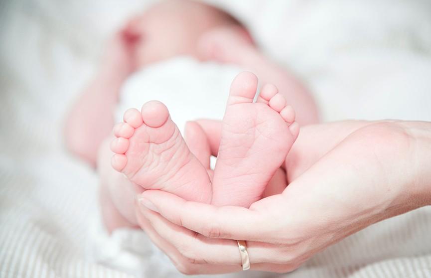 Не знавшая о своей беременности медсестра пришла с работы домой и родила ребенка