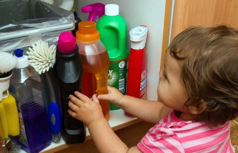 Годовалый малыш выпил средство для чистки кухонных плит, пока мать вышла в другую комнату