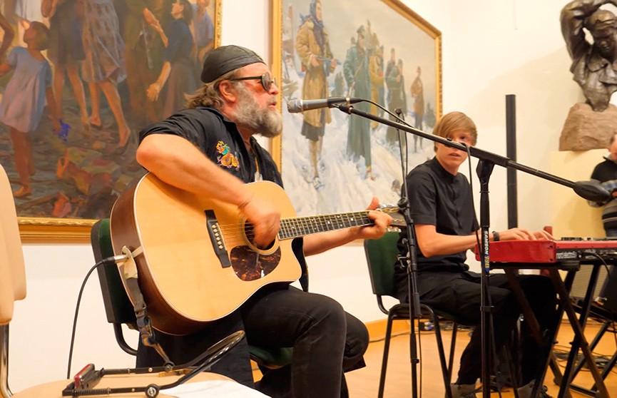 Борис Гребенщиков презентовал в Минске выставку своих картин