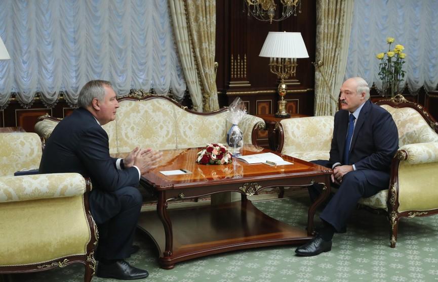 Александр Лукашенко получил в подарок перчатку космонавта от главы «Роскосмоса»