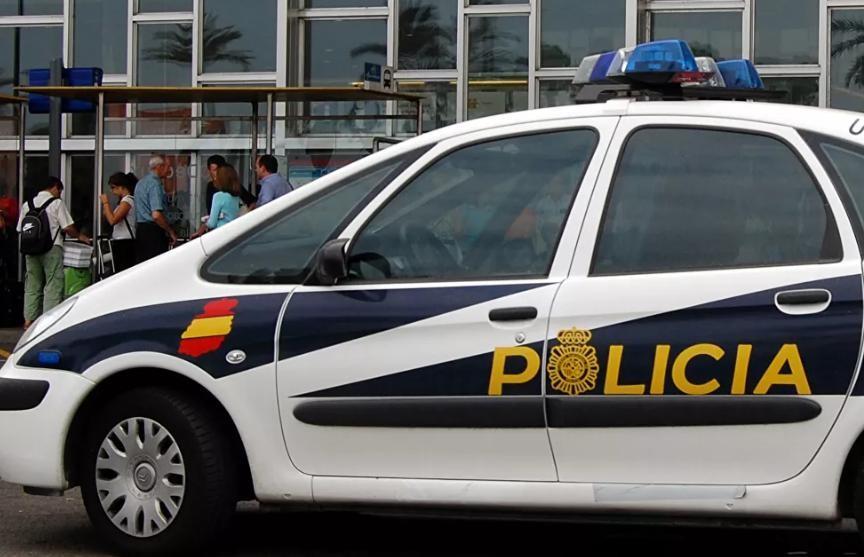 Полуголый мужчина с двумя мечами напал на полицию в Мадриде