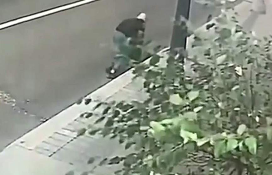 В Москве пенсионерка дала отпор грабителю и попала на видео