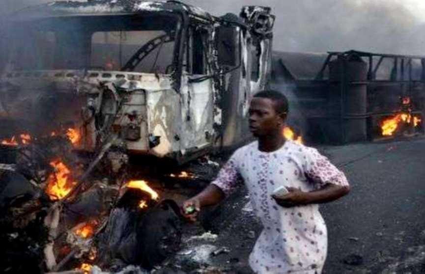 12 человек погибли при взрыве цистерны с нефтью в Нигерии