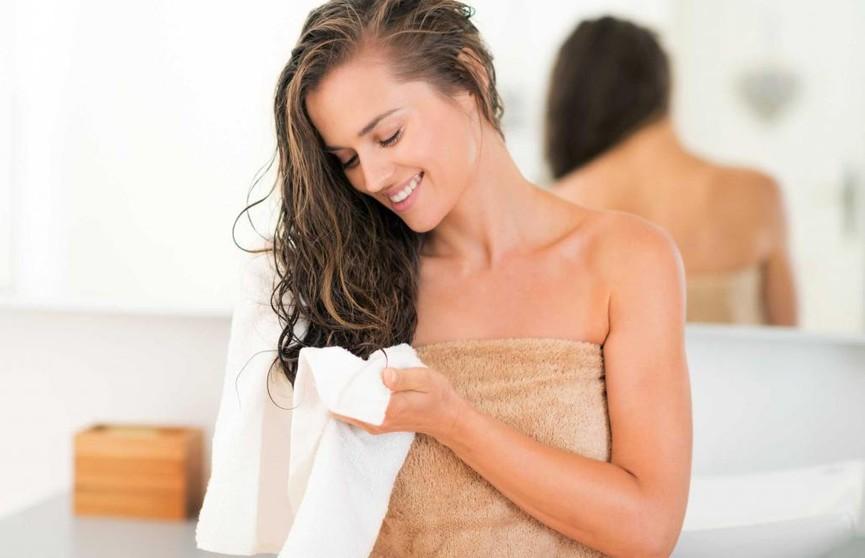 Очень вредно: почему не стоит ложиться спать с мокрыми волосами?